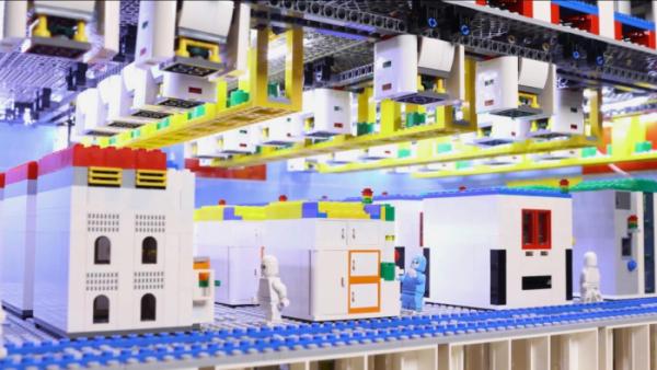 ▲장난감 레고 블록으로 만든 삼성전자 반도체 라인. (출처=삼성전자 유튜브 캡처)