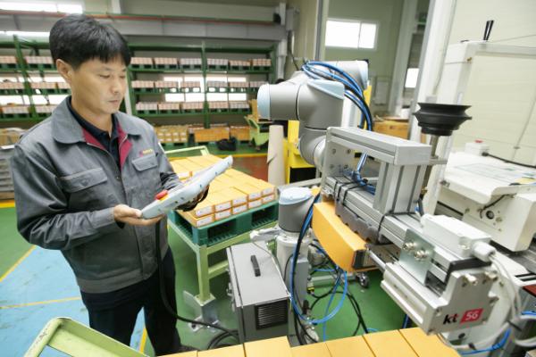 ▲KT는 자동차 부품 제조기업 박원에 5G 스마트팩토리 코봇(Cobot, 협동로봇)을 구축했다고 30일 밝혔다. 박원 공장에서 코봇을 제어하는 모습. (KT 제공)