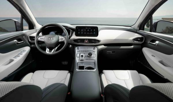 ▲높아진 센터 콘솔이 센터페시아, 콘솔박스까지 연결돼 운전자를 감싸고, 12.3인치 LCD 클러스터와 10.25인치 내비게이션을 적용해 운전자의 시인성도 높였다.  (사진제공=현대차)