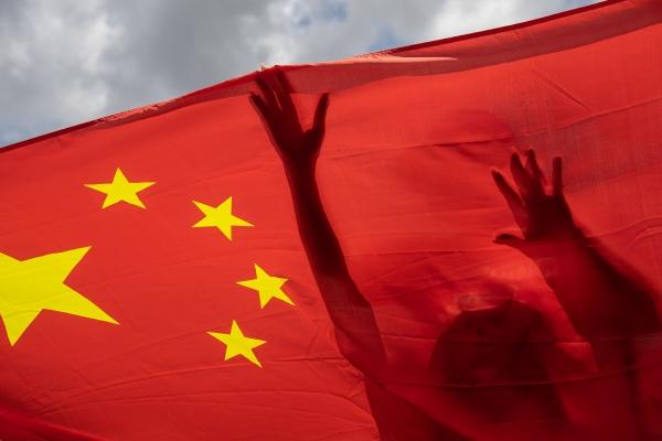 ▲30일 홍콩에서 한 친중 지지자가 중국의 홍콩 국가보안법(홍콩보안법) 승인을 축하하는 집회에서 중국 국기를 들고 있다. 홍콩/AP연합뉴스