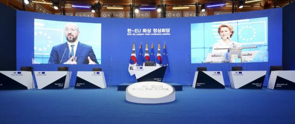 ▲문재인 대통령은 30일 청와대에서 한-EU 화상 정상회담에 참석했다 (청와대 제공)