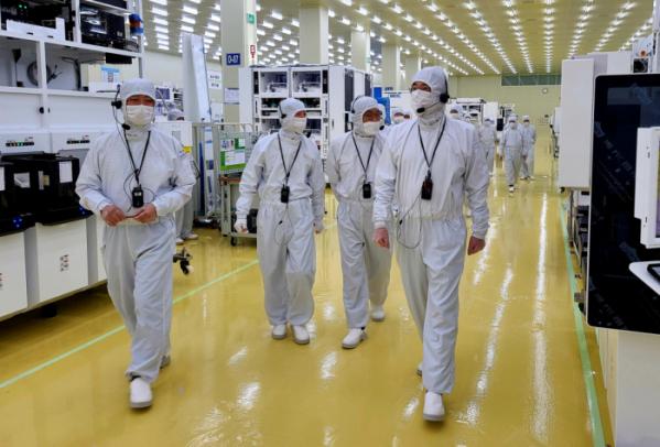 ▲이재용 삼성전자 부회장이 30일 세메스 천안사업장을 찾아 반도체 및 디스플레이 제조장비 생산 공장을 살펴보는 모습.  (사진제공=삼성전자)