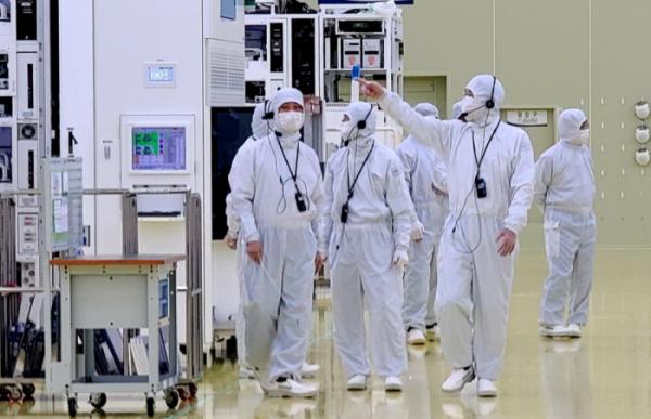 ▲이재용 삼성전자 부회장이 30일 세메스 천안사업장을 찾아   반도체 및 디스플레이 제조장비 생산 공장을 살펴보고 있다.  (사진제공=삼성전자)