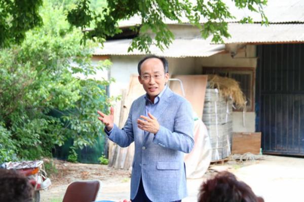 ▲추경호 의원이 대구 달성군 화원읍 '명곡변전소 건설 반대' 현장을 찾아 주민들과 대화하고 있다. (사진제공=추경호 의원실 )