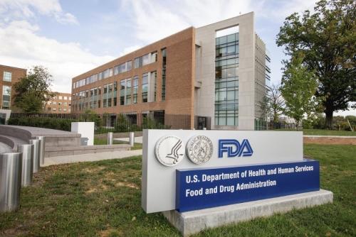▲미국 메릴랜드주 실버스프링의 식품의약국(FDA) 건물. 피터 마크스 FDA 생물의약품 평가기구(CBER) 센터장은 8일(현지시간) 업계 초청 행사에서 코로나19 임상시험에 윤리적 문제를 제기했다. 실버스프링/AP뉴시스