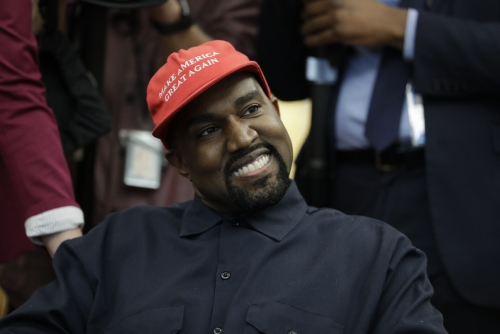 ▲카니예 웨스트가 2018년 10월 11일(현지시간) 미국 워싱턴D.C. 백악관에서 열린 도널드 트럼프 미국 대통령과의 만남에 지지자임을 의미하는 '붉은 모자'를 쓰고 참석하고 있다. 워싱턴D.C./AP연합뉴스