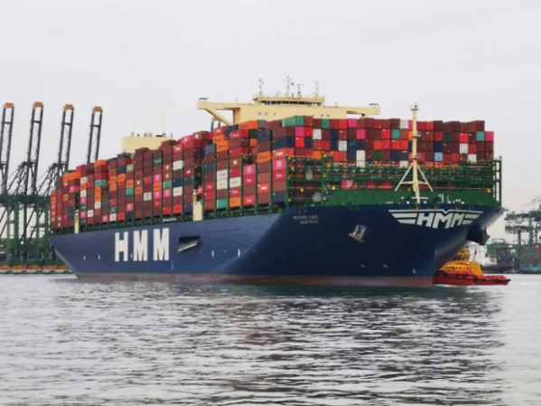 ▲지난 5월 28일 컨테이너를 가득 채운 세계 최대 2만4000TEU급 컨테이너 2호선 'HMM 오슬로'호가 싱가포르에서 유럽으로 출항하고 있다. 사진제공=HMM