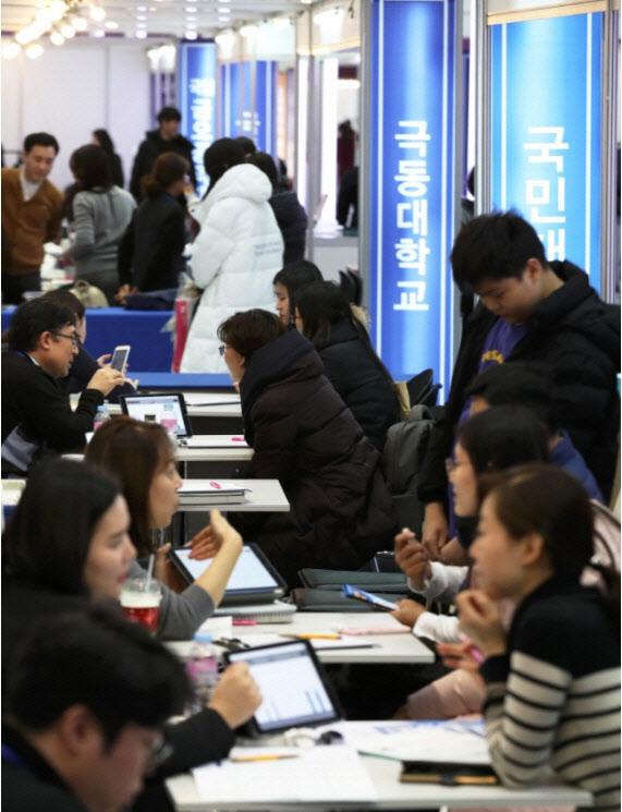 ▲수험생들과 학부모들이 지난해 서울 삼성동 코엑스에서 열린 2020학년도 정시 대학입학 정보 박람회에서 입학 상담을 하고 있다. (뉴시스)