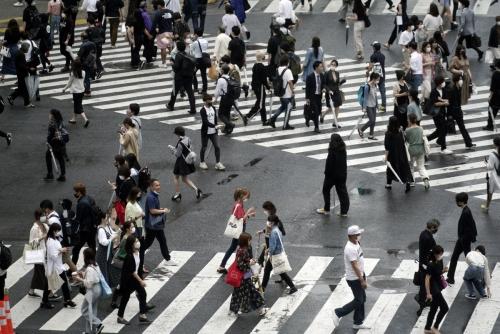 ▲17일(현지시간) 일본 도쿄 시부야 거리에서 사람들이 마스크를 쓴 채 횡단보도를 건너고 있다.  (연합뉴스)
