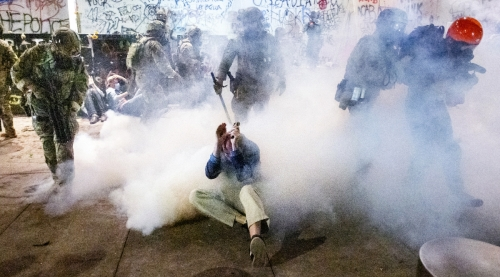 ▲미 오리건주 포틀랜드에서 50일 넘게 인종 차별 반대 시위인 '흑인 생명 소중'(BLM) 시위가 이어지는 가운데 22일(현지시간) 해트필드 법원 앞에서 무장 연방 요원들이 화학 물질로 시위대를 해산하고 있다. 포틀랜드/AP뉴시스