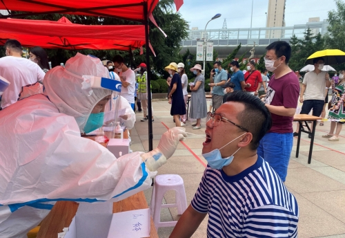 ▲중국 랴오닝성에서 27일(현지시간) 주민이 핵산 검사를 받고 있다. 랴오닝성/AP연합뉴스