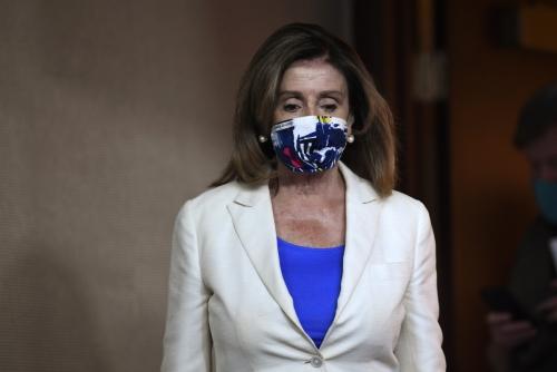 ▲낸시 펠로시 미국 하원의장이 16일(현지시간) 마스크를 착용한 채 워싱턴 D.C. 국회의사당으로 들어가고 있다. 워싱턴D.C./AP뉴시스