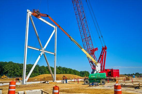 ▲29일(현지시각) 미국 오하이오주 로스타운에서 얼티엄 셀즈 배터리 공장의 첫 번째 철골 구조물이 설치되고 있다. (출처=GM 뉴스룸)