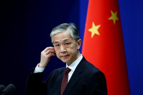 ▲왕원빈 중국 외교부 대변인이 27일(현지시간) 중국 베이징에서 열린 정례 브리핑에서 기자의 질문을 듣고 있다. 베이징/로이터연합뉴스