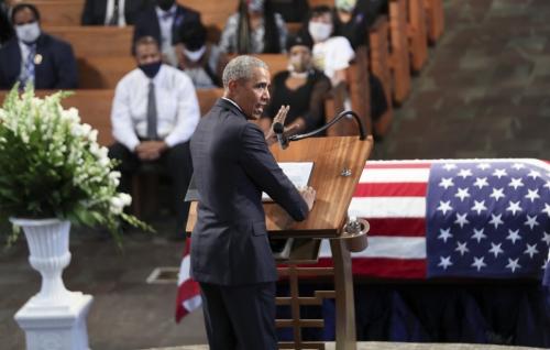 ▲버락 오바마 전 미국 대통령이 30일(현지시간) 미국 조지아주 애틀랜타에서 열린 존 루이스 의원의 장례식에서 추도사를 읽고 있다. 애틀랜타/AP연합뉴스