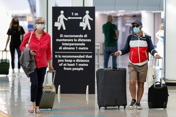 ▲이탈리아 로마에서 지난달 30일(현지시간) 항공여행 승객들이 마스크를 착용하고 공항 안을 걷고 있다. 로마/로이터연합뉴스