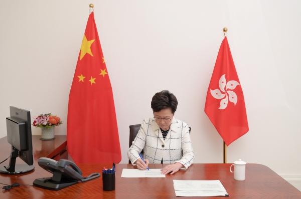 ▲캐리 람 홍콩 행정장관이 지난달 30일 홍콩보안법 공포안에 서명하고 있다. 홍콩/로이터연합뉴스