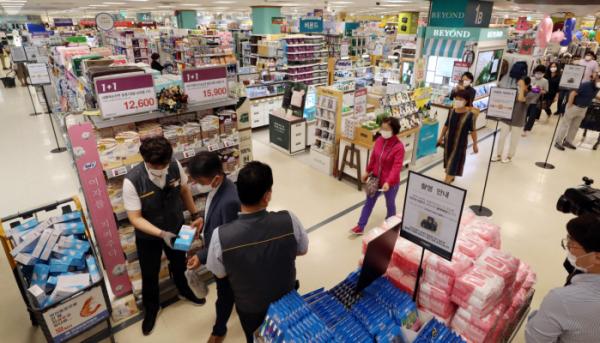 ▲24일 오후 서울 성동구 이마트 성수점에서 비말 차단용 마스크를 구매하려는 시민들이 번호표와 마스크를 맞바꾸고 있다.  (뉴시스)
