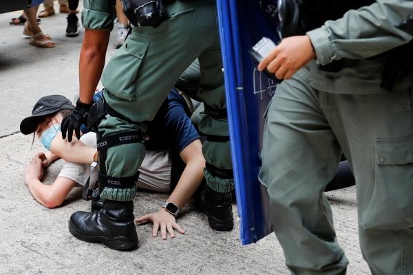 ▲홍콩에서 1일(현지시간) 경찰이 시위대 중 한 명을 체포하고 있다. 홍콩/로이터연합뉴스