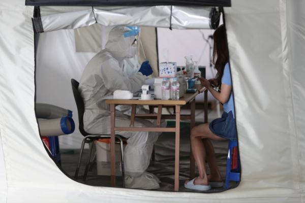 ▲2일 오전 광주 북구보건소 선별진료소에서 의료진이 신종 코로나바이러스 감염증(코로나19) 검사를 하고 있다.  (연합뉴스)