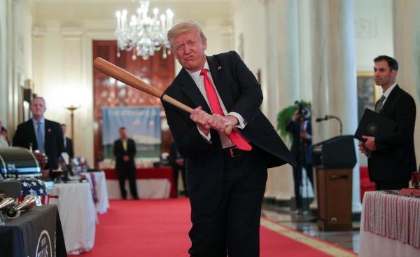 ▲도널드 트럼프 미국 대통령이 2일(현지시간) 백악관 크로스홀에서 열린 '스피릿 오브 아메리카 쇼케이스' 행사에서 나무로 된 야구 방망이를 휘두르고 있다. 워싱턴D.C./로이터연합뉴스