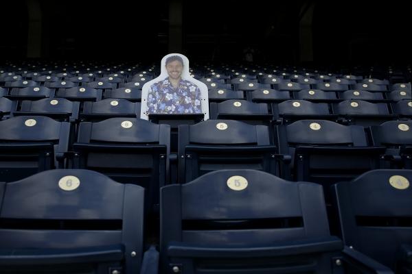 ▲3일(현지시간) 미국 프로야구팀 캔자스시티 로열스의 홈구장 코프먼스타디움 관중석에서 한 팬의 컷아웃 사진이 보이고 있다. 캔자스시티/AP뉴시스