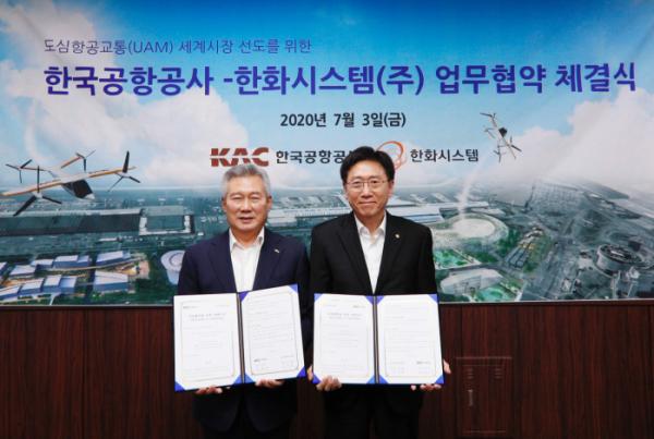 ▲김연철(오른쪽) 한화시스템 대표이사와 손창완 한국공항공사 사장이 3일 한국공항공사 사옥에서 'UAM 세계시장 선도를 위한 업무협약(MOU)'을 하고 기념사진을 찍고 있다. (사진제공=한화시스템)