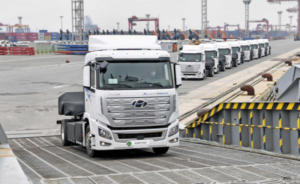 ▲스위스로 수출되는 현대자동차의 수소 트럭이 광양항에서 출항 선박에 오르고 있다. 현대차는 수소전기트럭을 중심으로 한 중장기 연료전지 로드맵을 오는 14일 공개한다.  (사진제공=산업통상자원부)
