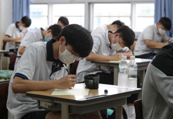 ▲대학수학능력시험 모의평가가 시행된 지난달 18일 오전 서울 여의도고등학교에서 학생들이 시험을 준비하고 있다. (연합뉴스)