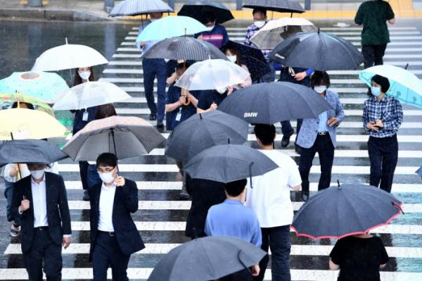 ▲전국에 본격적인 장마가 시작된 지난 달 24일 서울 세종대로에서 우산을 쓴 시민들이 발걸음을 옮기고 있다. 신태현 기자 holjjak@