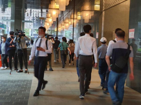 ▲전날 '박원순 사망' 소식 접하고 출근하고 있는 서울시청 직원들. (손현경 기자)