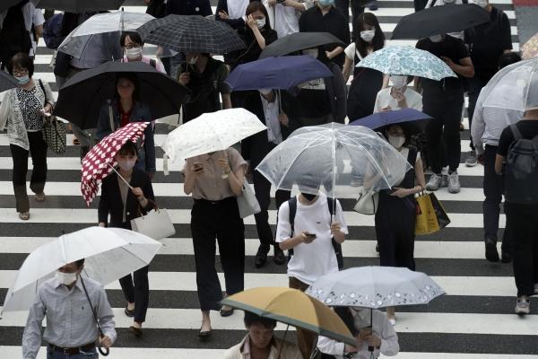 ▲일본 도쿄에서 대부분 사람이 10일 코로나19 감염 방지를 위해 마스크를 착용한 채로 횡단보도를 건너고 있다. (도쿄/AP연합뉴스)