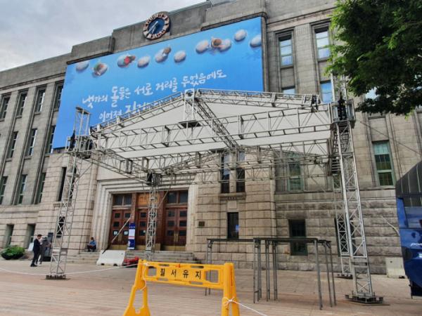 ▲서울시청 앞에 고 박원순 서울시장 분향소가 설치되고 있다.  (사진 = 손현경 기자 son89@)