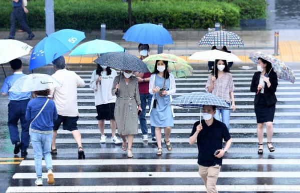 ▲전국에 본격적인 장마가 시작된 24일 서울 세종대로에서 우산을 쓴 시민들이 발걸음을 옮기고 있다. 신태현 기자 holjjak@ (이투데이DB)