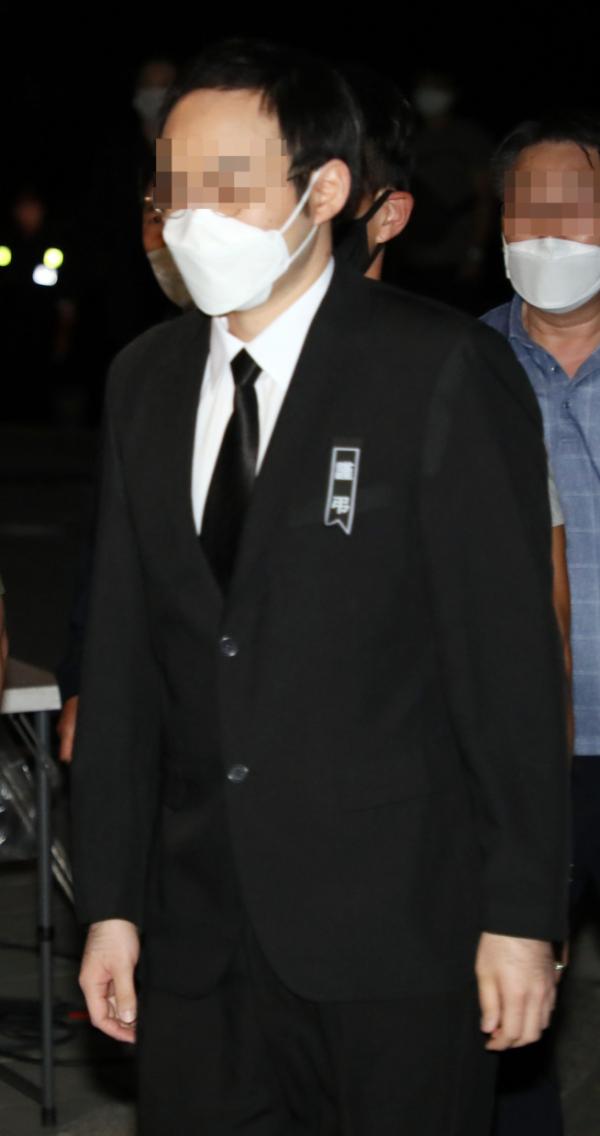 ▲고 박원순 서울시장의 아들 박주신 씨가 지난 7월 박 시장의 빈소가 마련된 서울대학병원 장례식장에 들어오고 있다.  (연합뉴스)