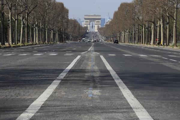 ▲프랑스 파리가 3월 19일(현지시간) 코로나19 봉쇄 조치에 인적이 끊겨 있다. 파리/AP뉴시스