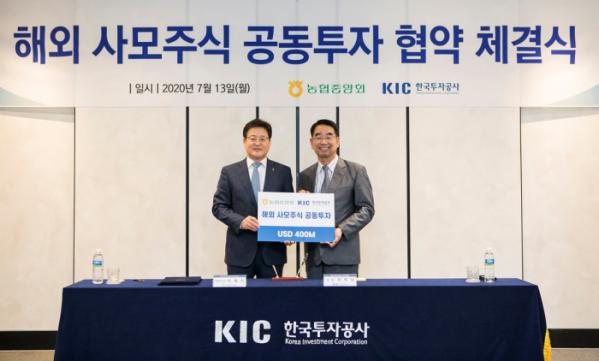 ▲최희남 KIC 사장(오른쪽)은 13일 서울 중구 퇴계로 KIC 본사에서 농협중앙회 상호금융 이재식 대표이사와 해외 사모주식 공동투자를 위한 조인트벤처(JV) 설립을 골자로 하는 업무 협약을 맺고 기념사진을 촬영하고 있다. (한국투자공사)