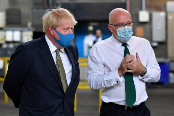 ▲런던 구급차 서비스 본부를 방문한 보리스 존슨(왼쪽) 영국 총리. (로이터연합뉴스)