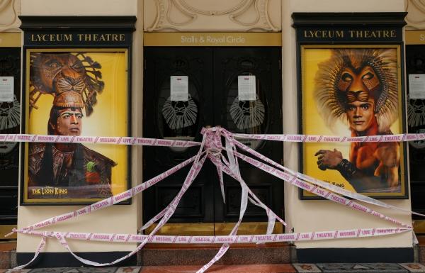 ▲6일(현지시간) 영국 런던 리시움 극장이 신종 코로나바이러스 감염증(코로나19)으로 인해 폐쇄돼 건물 외관이 테이프로 둘러쳐져 있다. 런던/로이터연합뉴스