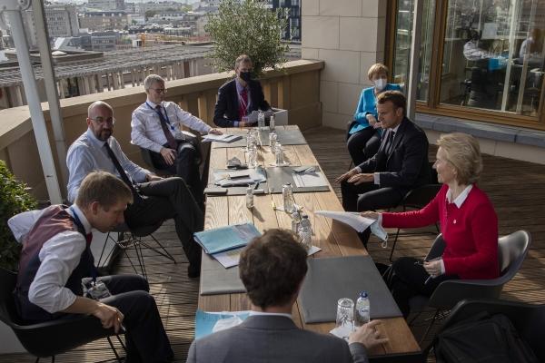 ▲EU 정상들이 18일(현지시간) 벨기에 브뤼셀 EU 본부 청사에서 코로나19 이후 첫 대면 회의를 열고 있다. 브뤼셀/AP연합뉴스