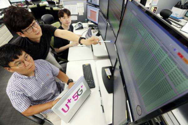 ▲LG유플러스 직원들이 서울 마곡 사옥에서 <a class='video_link' data-play_key='1000018' data-play_url='8153196'>5G</a> 네트워크 품질을 모니터링하는 모습. (LG유플러스 제공)