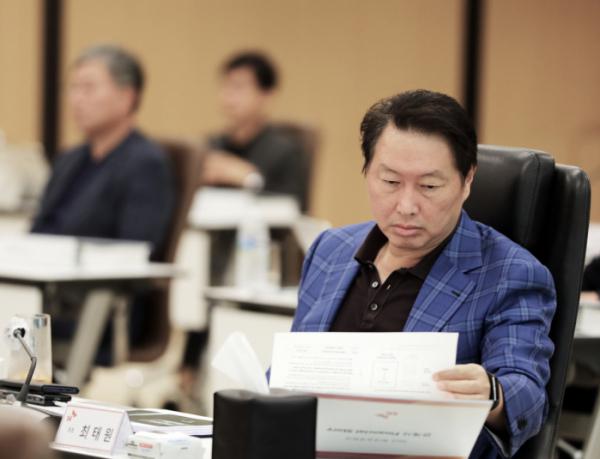 ▲최태원 SK 회장이 6월 경기 이천 SKMS연구소에서 열린 '2020 확대경영회의'에서 자료를 살펴보고 있다. (사진제공=SK)
