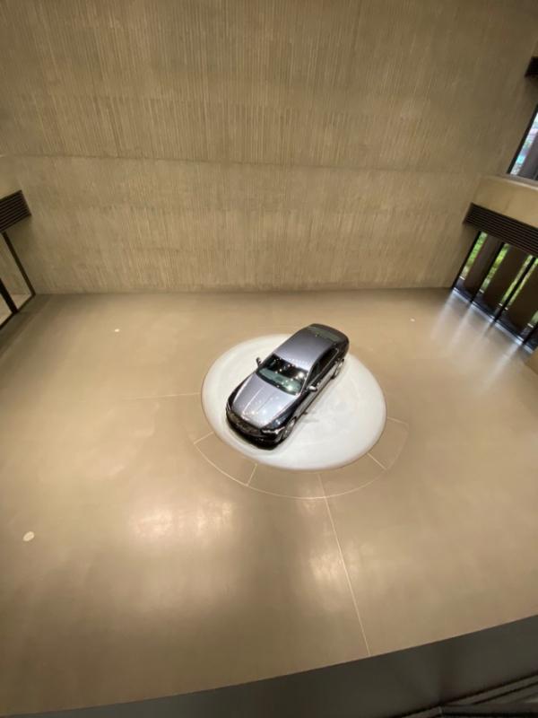 ▲1층부터 3층까지 이어진 대형 전시공간에는 단 하나의 차 G90 스페셜 에디션 '스타더스트'가 자리잡았다. 제네시스 인테리어 디자인 콘셉트인 '여백의 미(美)'가 브랜드 전시장에도 오롯하게 내려앉았다.   (김준형 기자 junior@)