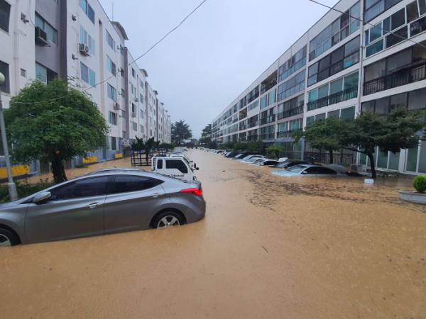 ▲30일 내린 폭우로 대전 서구 정림동 한 아파트 주차장이 물에 잠겼다. 주차 차량이 모두 침수됐다. (연합뉴스)