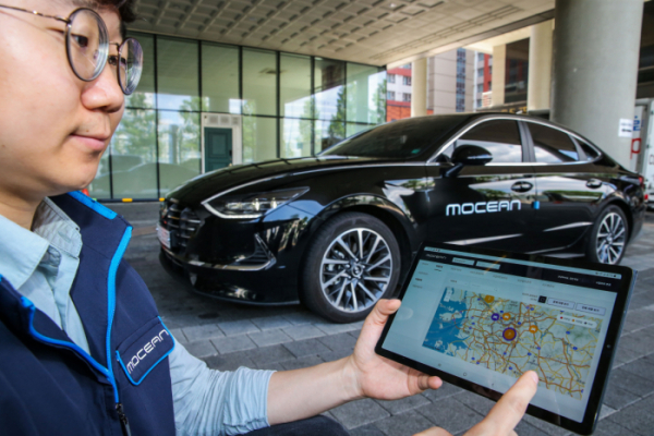 ▲현대차그룹 모빌리티 전문기업 '모션(Mocean)' 직원이 자사의 '모션 스마트 솔루션'을 활용, 플릿 차량을 실시간으로 모니터링 하고 있는 모습.  (사진제공=현대차)