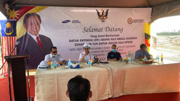 ▲삼성엔지니어링은 지난 30일 말레이시아 석유화학회사인 사라왁 펫켐으로부터 '사라왁 메탄올 프로젝트 2차 초기업무'에 대한 낙찰통지서를 접수했다. 아방 압둘 라만 조하리(왼쪽에서 두번째) 주지사가 프로젝트 진행상황 점검 및 격려차 현장을 방문하고 있다. (사진제공=삼성엔지니어링)