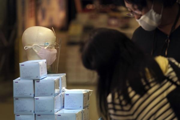 ▲일본 도쿄의 한 가게에서 10일 신종 코로나바이러스 감염증(코로나19) 확산을 막기 위한 마스크가 판매되고 있다. 도쿄/AP뉴시스