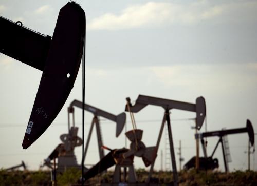 ▲미국 뉴멕시코주 러빙턴 인근의 한 유전에서 펌핑잭이 석유를 뽑아올리고 있다. 러빙턴/AP뉴시스
