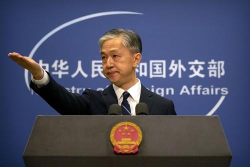 ▲왕원빈 중국 외교부 대변인이 지난달 24일(현지시간) 중국 베이징에서 열린 기자회견에서 질문자를 지목하고 있다. 베이징/AP뉴시스