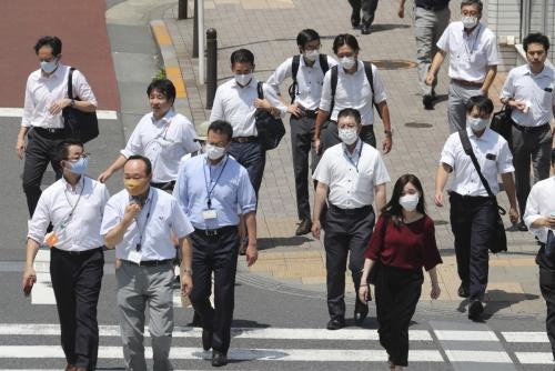 ▲일본 도쿄에서 4일(현지시간) 마스크를 착용한 시민들이 횡단보도를 건너고 있다. 일본 코로나19 사태가 2차 확산세로 번지는 양상이다.  (도쿄/AP연합뉴스)